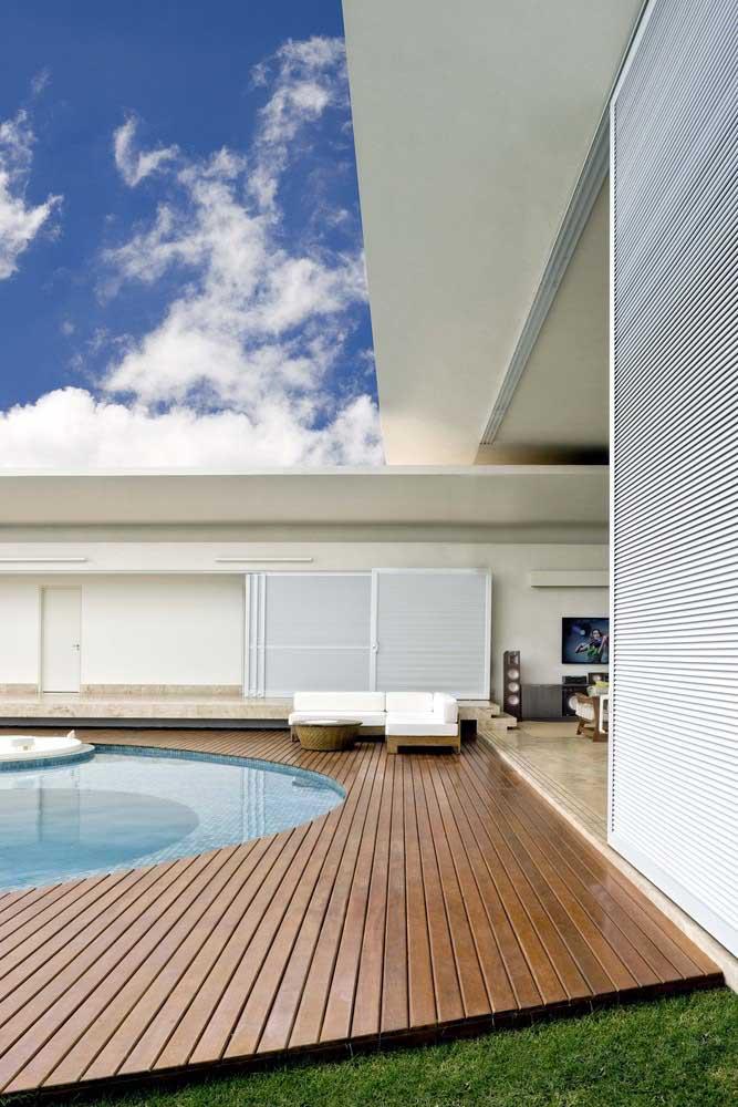 A maioria das piscinas pequenas é retangular porque o formato é o ideal para espaços menores. Mas é possível construir uma piscina redonda nesse mesmo espaço.