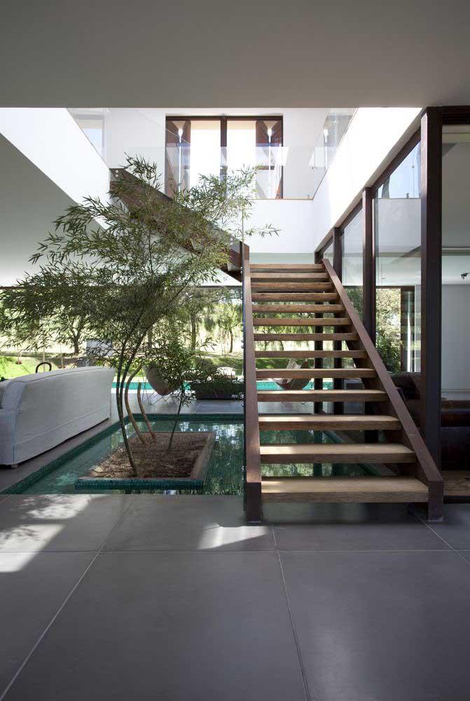 Uma área incomum dentro de casa, mas que pode ser uma ótima opção para construir uma piscina é o espaço que fica na parte debaixo da escada.