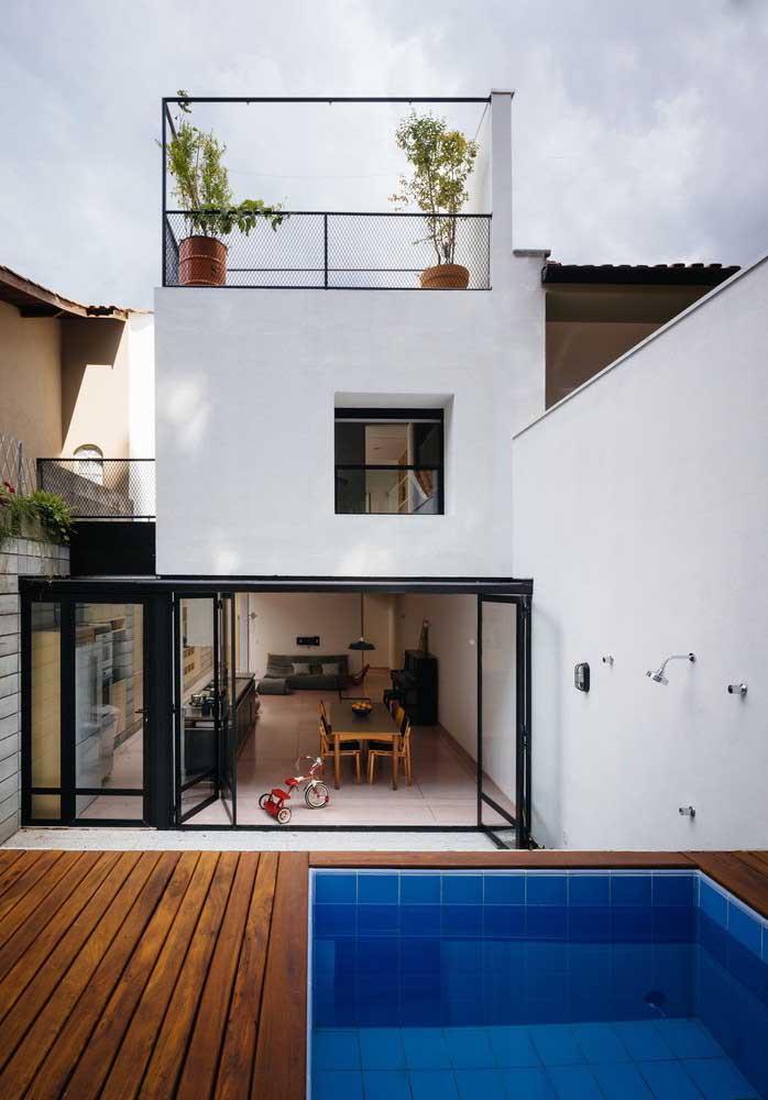 Faça uma pequena piscina com deck e proteja a área com um portão de vidro. Essa opção é perfeita para quem tem criança pequena ou animais domésticos em casa.