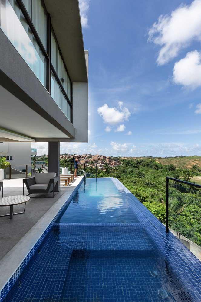 É incrível como a borda infinita deixa a piscina com uma aparência maior, principalmente, se construída nos altos da casa.