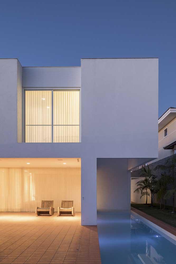 Se você não possui uma área externa, pode aproveitar um espaço da casa para construir a sua piscina.