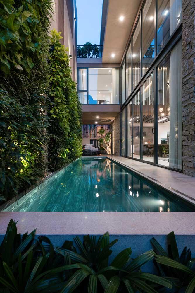 Quem não possui quintal ou jardim, pode aproveitar a área lateral da casa para fazer a piscina.