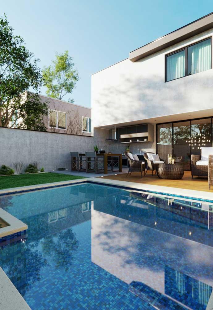 Se a área externa da casa for irregular, é possível construir uma piscina com formato diferente.