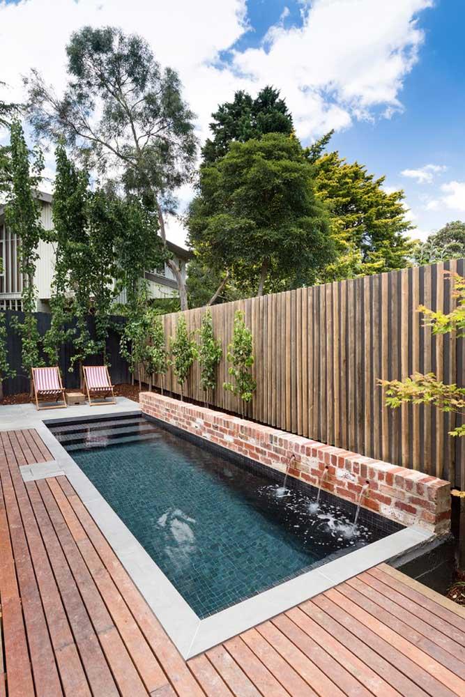 Construa uma pequena piscina próxima ao muro da casa. Para encher a piscina, faça uma parede baixa na borda e use uma borda mais clara para deixá-la com a aparência de maior.