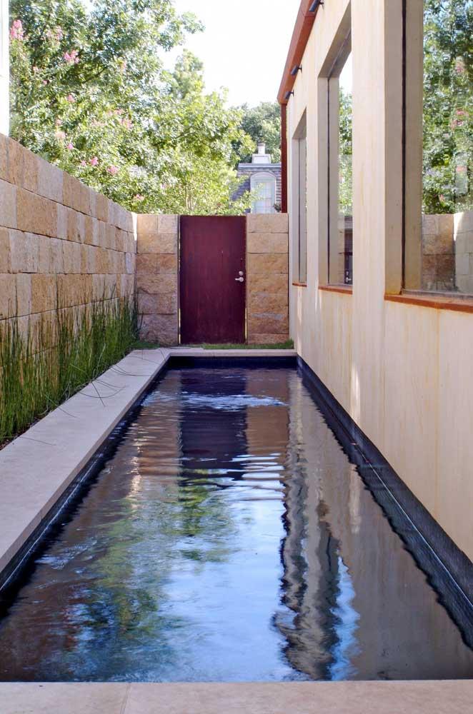 Apesar do espaço ser muito estreito, é possível aproveitá-lo para construir uma pequena piscina.