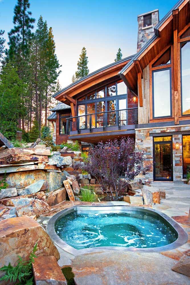 Nada mais relaxante do que mergulhar em uma piscina aquecida. Saiba que é possível construí-la em um espaço pequeno. Para decorar a área, coloque bastante pedras ao redor.