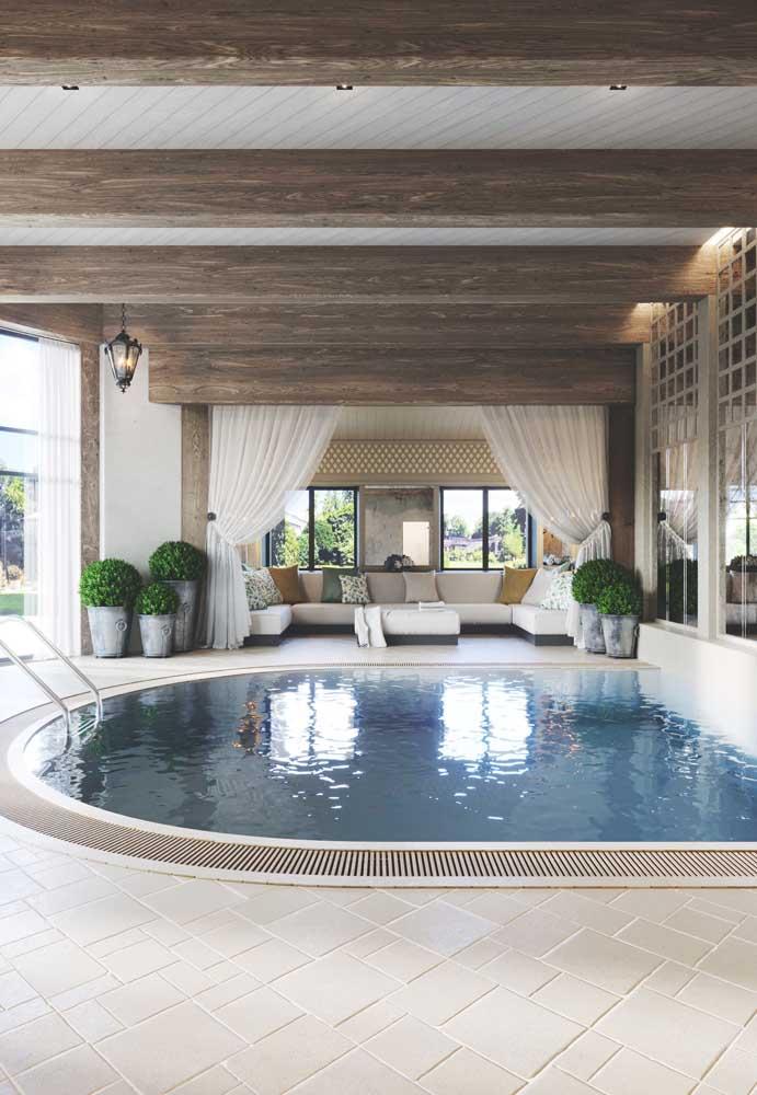 Se não há a possibilidade de fazer uma piscina aquecida, construa uma em área coberta da casa.