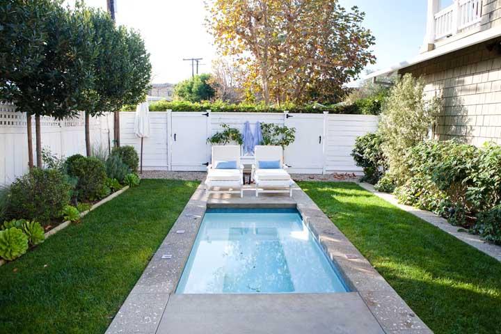 Na hora de construir a piscina, prefira posicioná-la no centro do terreno para que você aproveitar o restante da área para decorar com muito verde e colocar as cadeiras para relaxar.