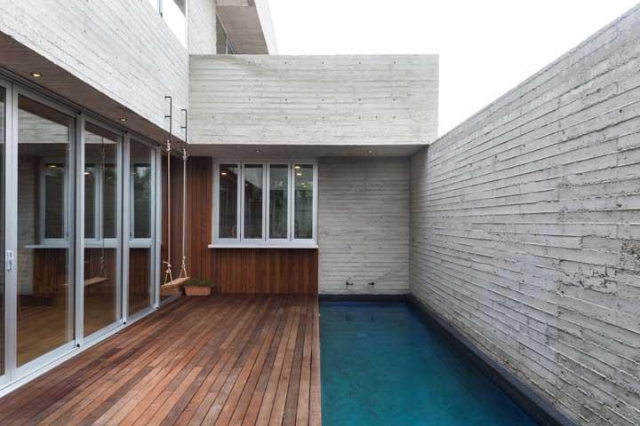 Aproveite toda a área do muro para construir a piscina. Apesar de ficar bem estreita, nesse formato a piscina fica mais longa.
