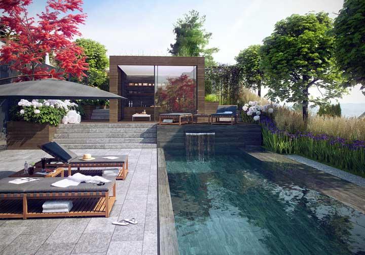 Nesse modelo de piscina, além da borda infinita que dá uma aparência de espaço maior, você pode colocar uma cascata para causar um efeito mais estiloso.