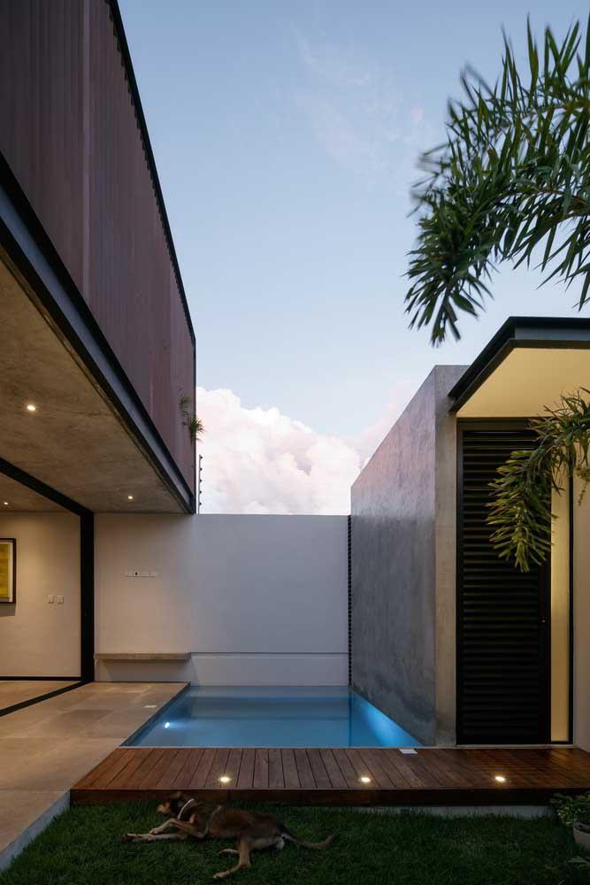 Mesmo em um espaço bem pequeno e estreito é possível construir uma bela piscina com deck.