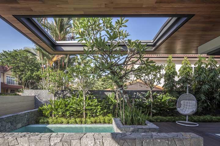 Para a piscina receber luz solar, faça uma abertura no teto. Aproveite para colocar algumas plantas altas ao redor.