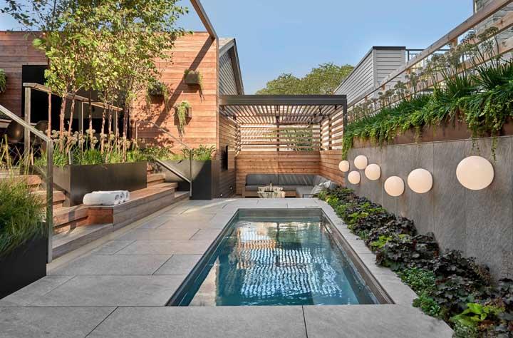 A área externa da casa é o melhor lugar para construir uma piscina, principalmente, se o espaço permite o contato com a natureza.