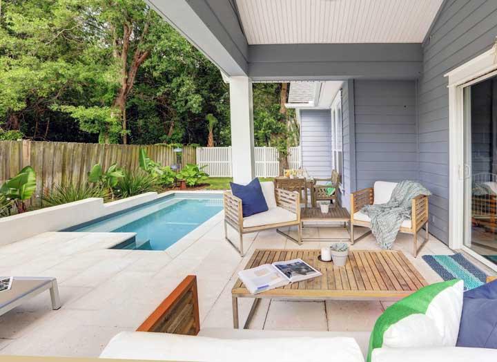 Divida a área externa da casa para construir uma pequena piscina e para receber as visitas.