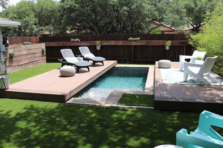 Seja qual for o formato, a piscina sempre é muito bem-vinda dentro de casa.