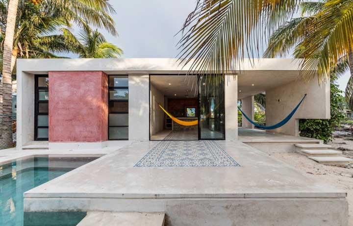 De preferência, construa uma piscina na área externa da casa e decore do seu jeito.