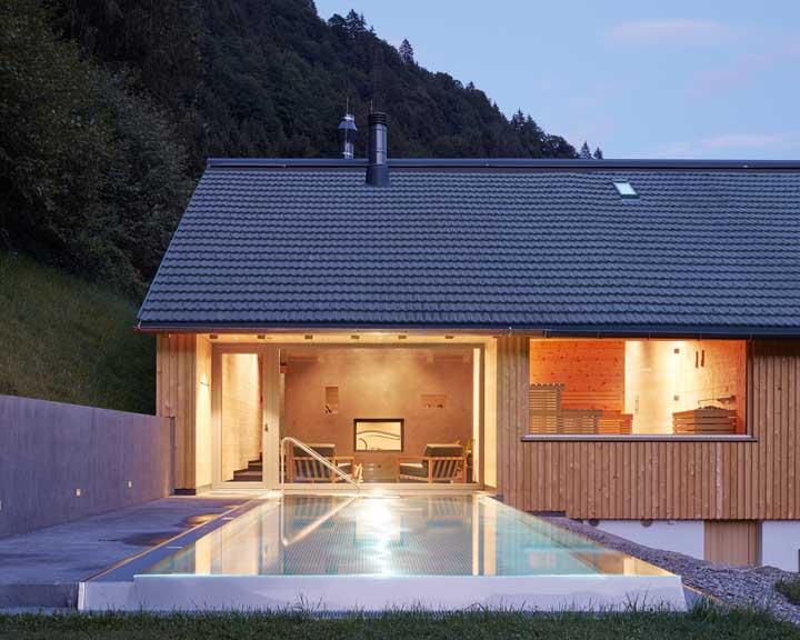 Se você não tem um quintal grande em casa, mas quer construir uma piscina, faça uma no tamanho pequeno com borda infinita para dar uma aparência de algo mais amplo.