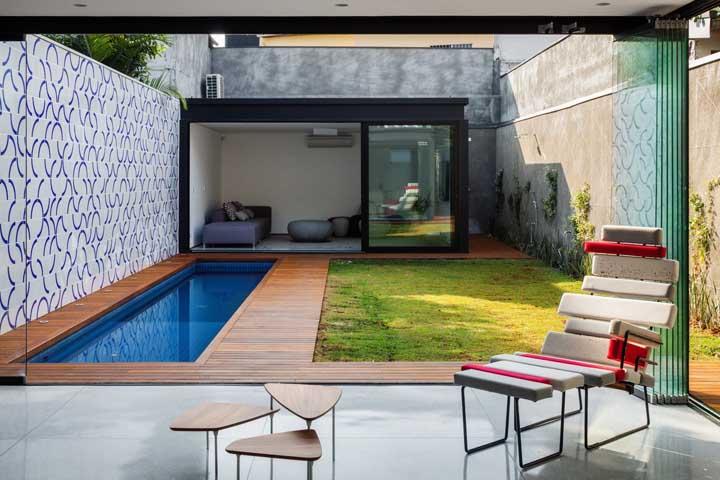Que tal essa piscina minúscula no formato retangular? Essa é para quem não tem espaço, mas não abre mão de ter esse conforto.