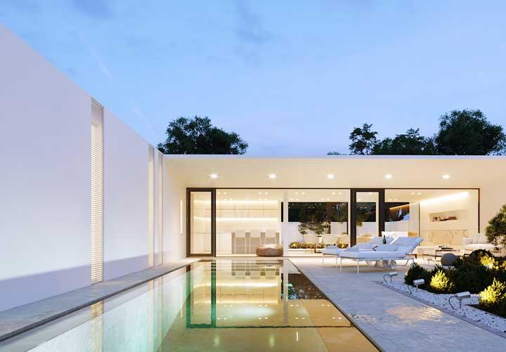 Perceba como uma perfeita iluminação deixa a piscina com um ar de sofisticação.
