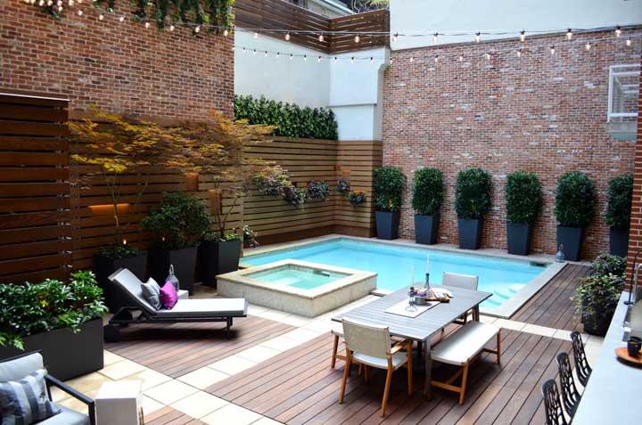 Aproveite toda a área do quintal para cultivar suas plantas preferidas, fazer uma área de descanso, uma bela piscina e uma decoração fantástica.