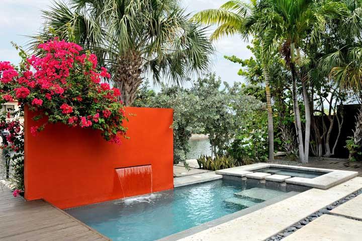 Para quem tem o privilégio de morar ao lado de um lago, nada melhor do que construir uma piscina tendo como pano de fundo esse cenário.