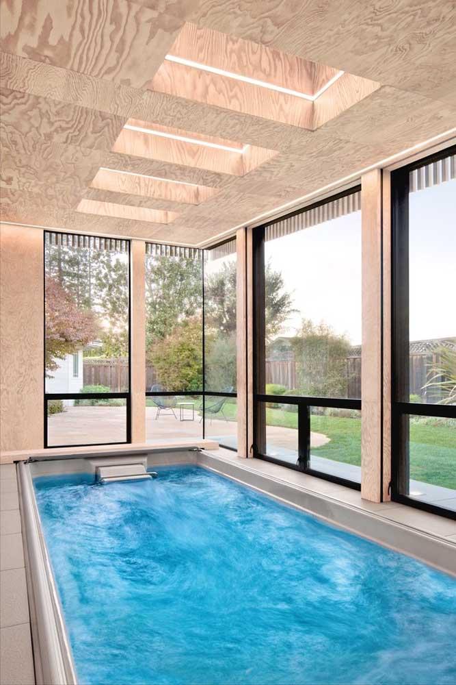 Quem mora em locais com clima mais frio ou simplesmente quer fugir do calor intenso, a piscina coberta é a melhor solução.