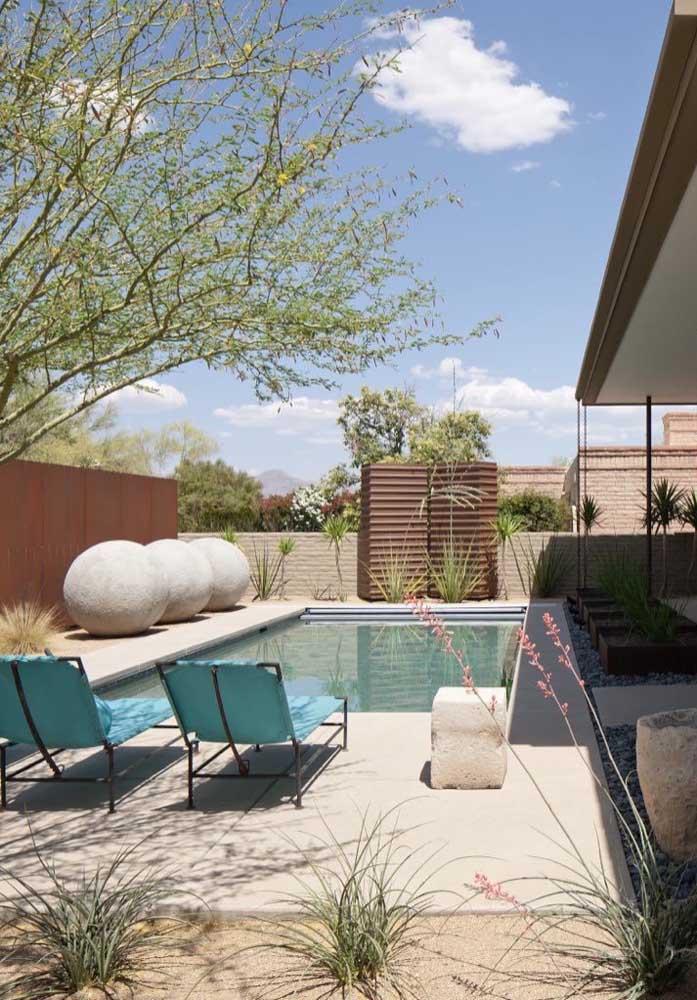 Para a piscina pequena ficar mais decorada, use pedras diferenciadas que chamem atenção.