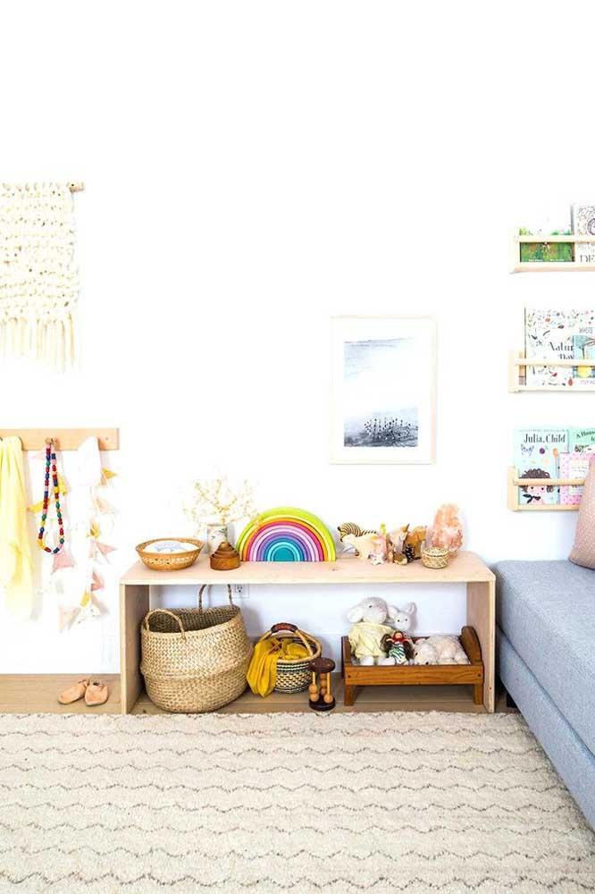 Use suportes e ganchos para ajudar na organizar e distribuição dos elementos do quarto