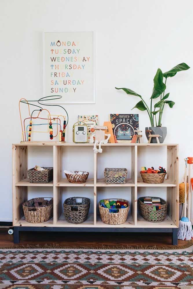 Para as crianças maiores, a dica é organizar os brinquedos em cestos e ensiná-los a guardar tudo depois da brincadeira