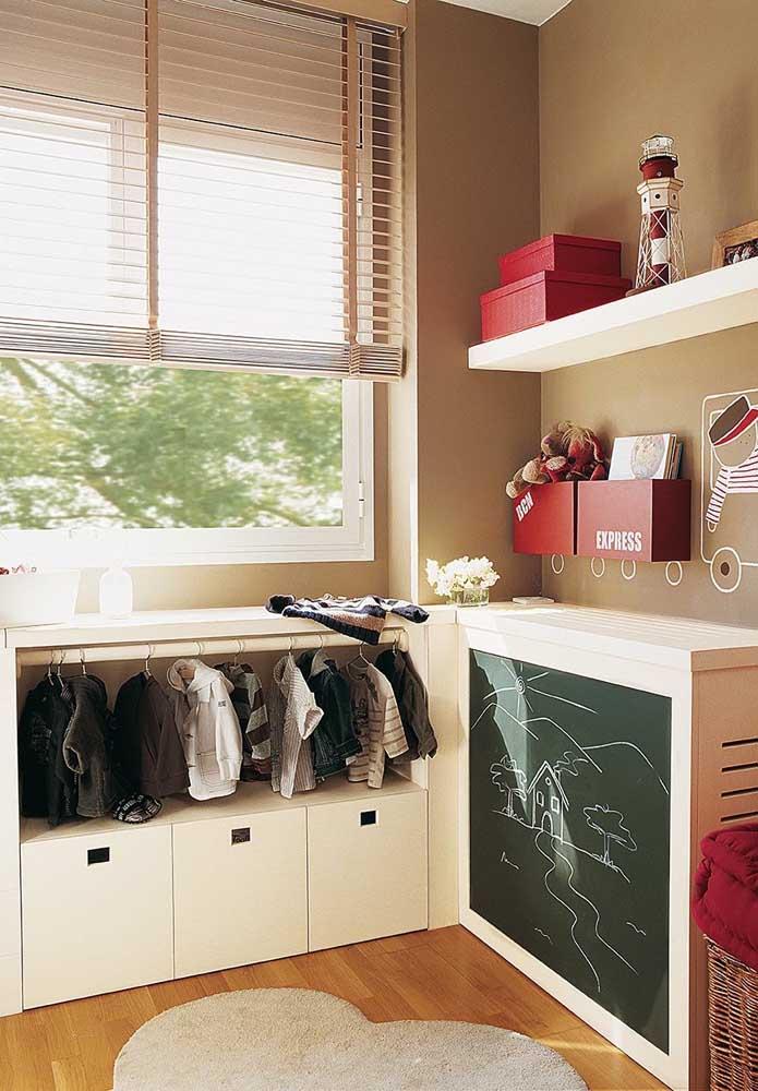 Mini armário para as crianças aprenderem a se vestir