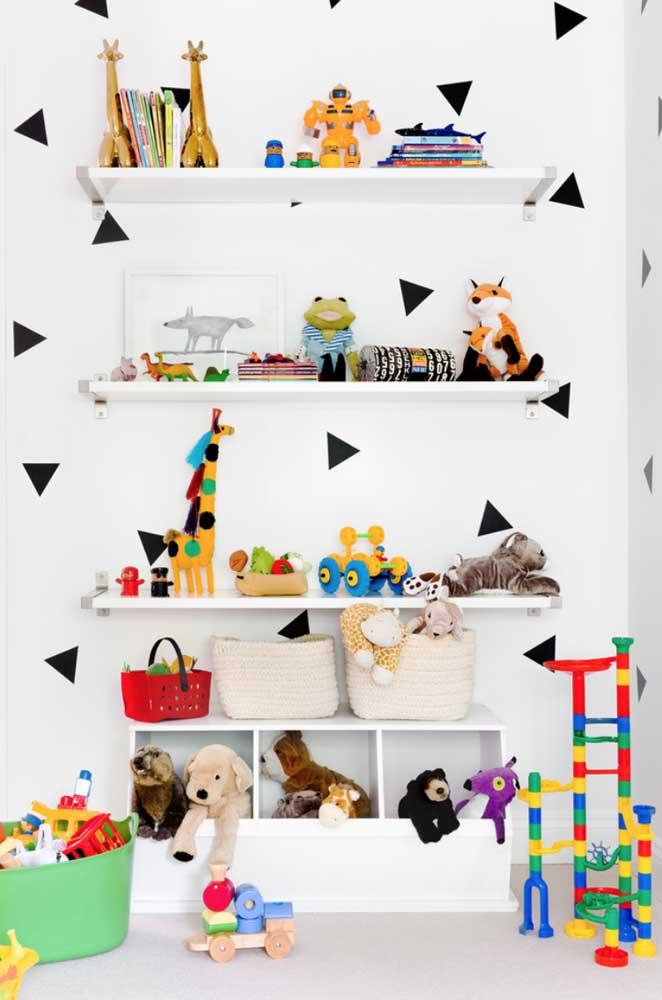 A parede de estampa escandinava recebeu muito bem a alegria colorida dos brinquedos