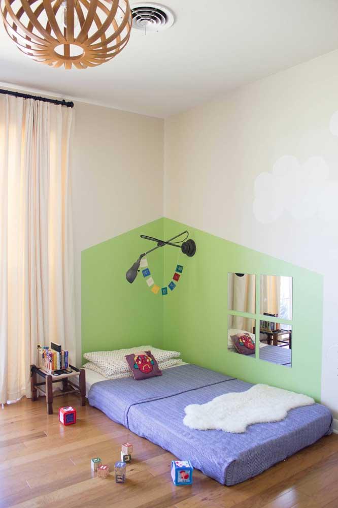 Espelho com jeito de janela; não é preciso muito para soltar a imaginação infantil.