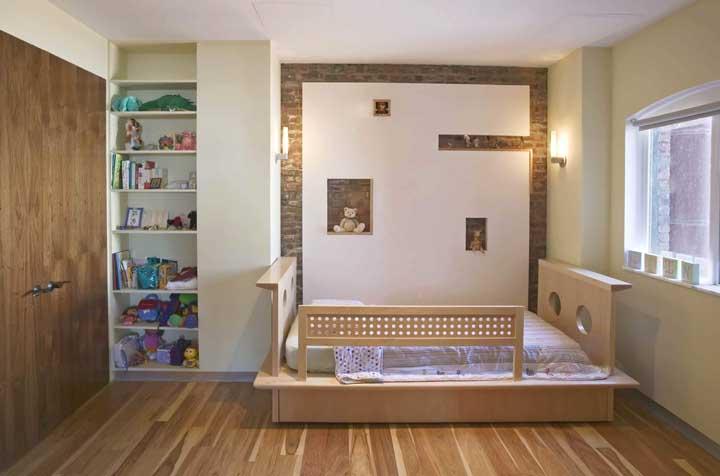 A parede de tijolinhos traz acolhimento e conforto ao quarto infantil