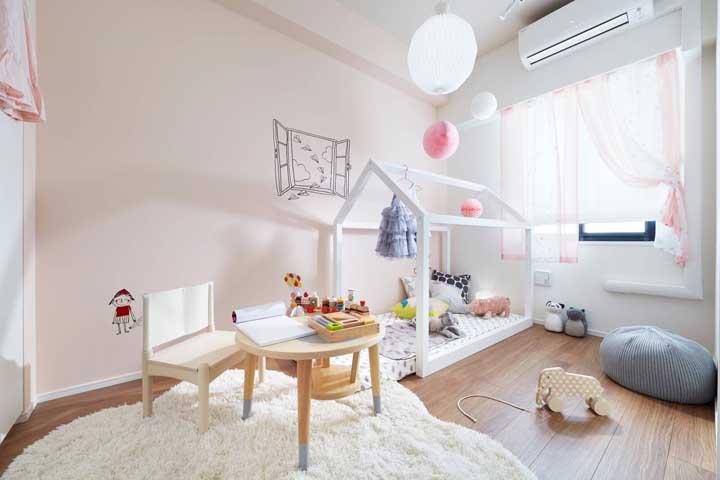 Luminárias que parecem balão, desenho infantil na parede e um tapete todo fofo! Até adulto vai querer um quartinho assim