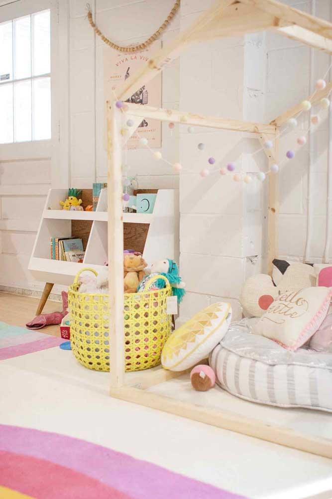 O formato de casinha é o grande charme das camas montessorianas, especialmente aquelas que acompanham o varal de luz