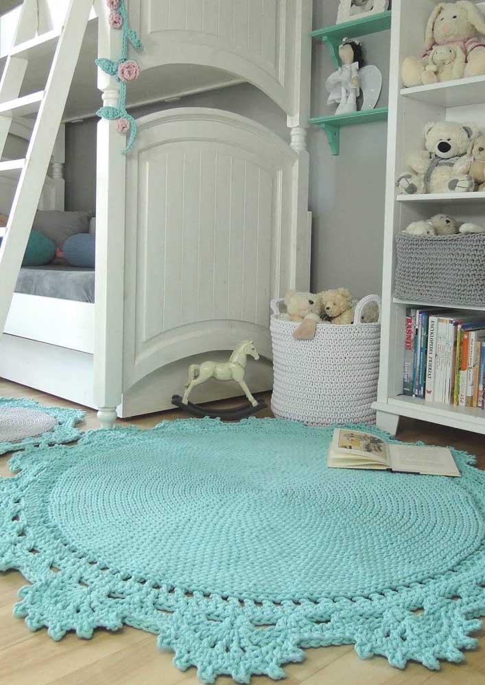 O tapete de crochê redondo azul traz conforto e delicadeza para o quartinho do bebê