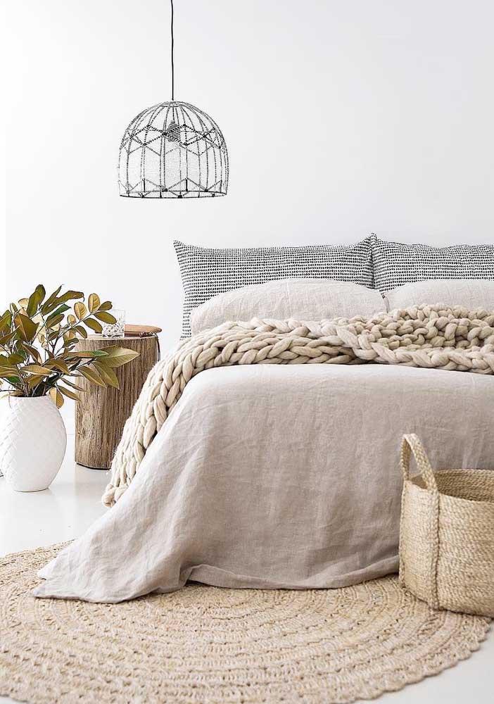 O crochê é o destaque da decoração desse quarto, ele aparece no tapete e na manta sobre a cama
