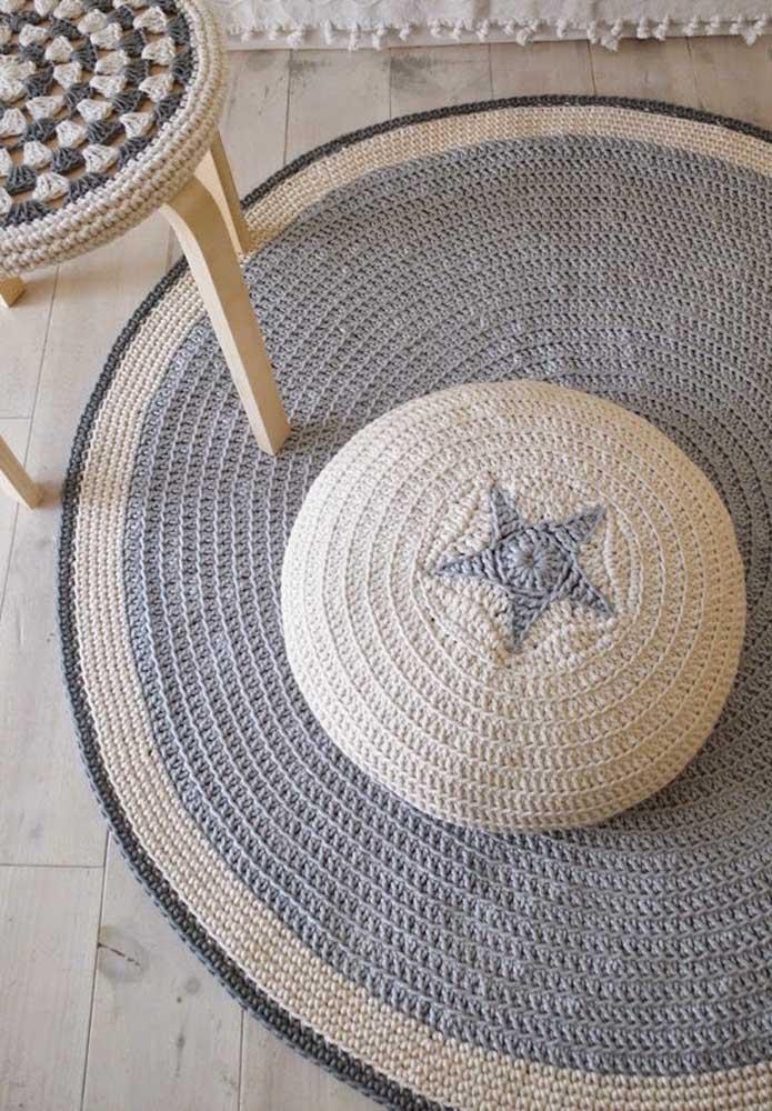 Conjunto de peças em crochê: tapete, capa para puff e capa para banco