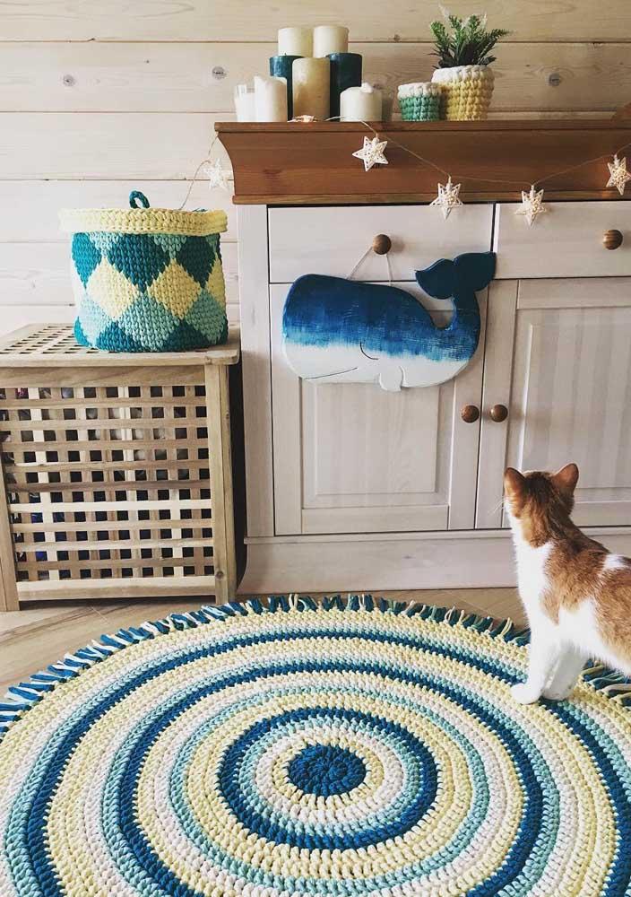 O tapete de crochê redondo do quarto infantil foi produzido em três cores, seguindo a paleta presente na decor