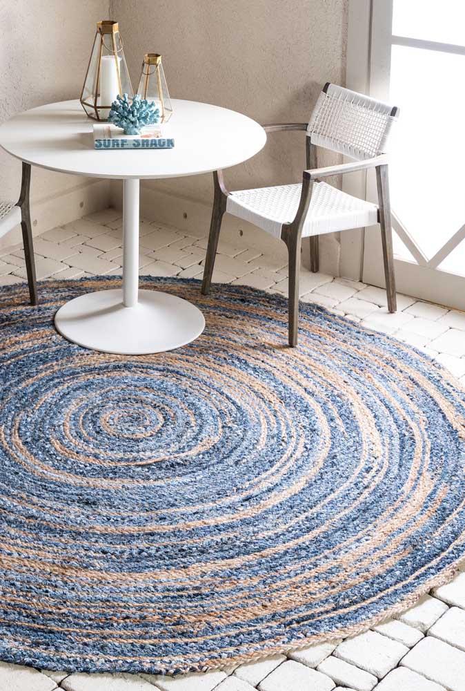 Para dar uma aparência mais rústica ao tapete de crochê redondo escolha fios mesclados