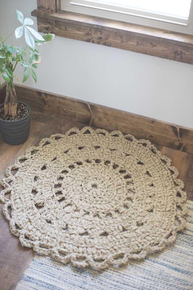 Tapete de crochê redondo pequeno, simples, mas ainda assim cheio de charme