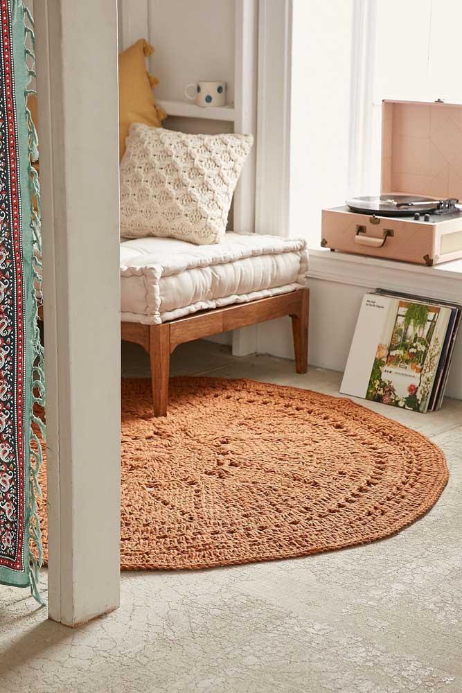 Os tons terrosos deixam o tapete de crochê redondo ainda mais aconchegante