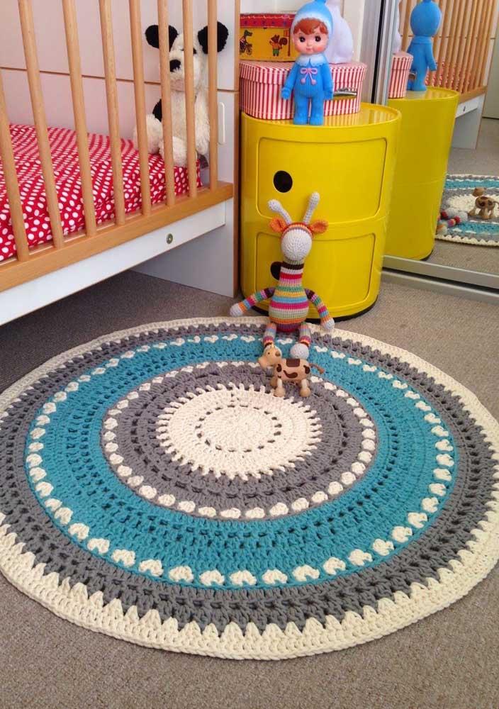 O tapete de crochê redondo é o sucesso do momento na decoração dos quartos infantis