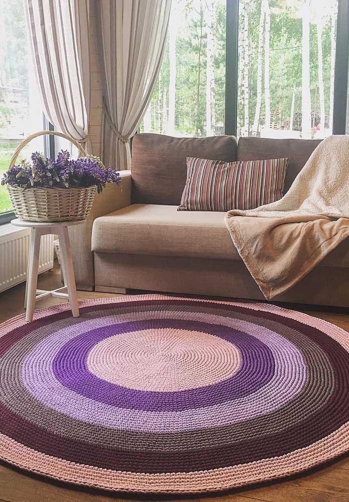 Um pouco de ousadia não faz mal a ninguém: aqui, o tapete de crochê redondo foi produzido em tons de roxo