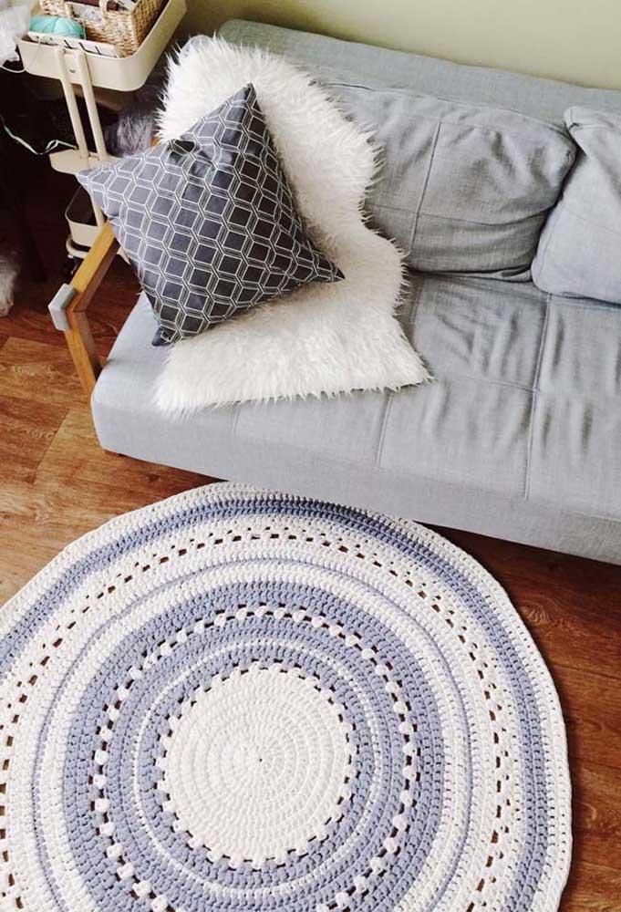Cores neutras e modernas para esse tapete de crochê redondo