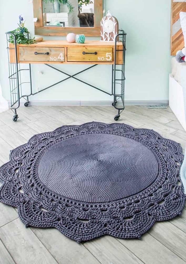 O mix de estilos e texturas nesse quarto passa pelo tapete de crochê redondo