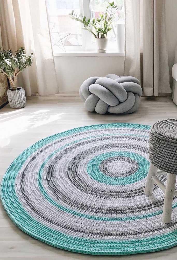Esse tapete grande de crochê redondo acertou na combinação entre azul, branco e cinza