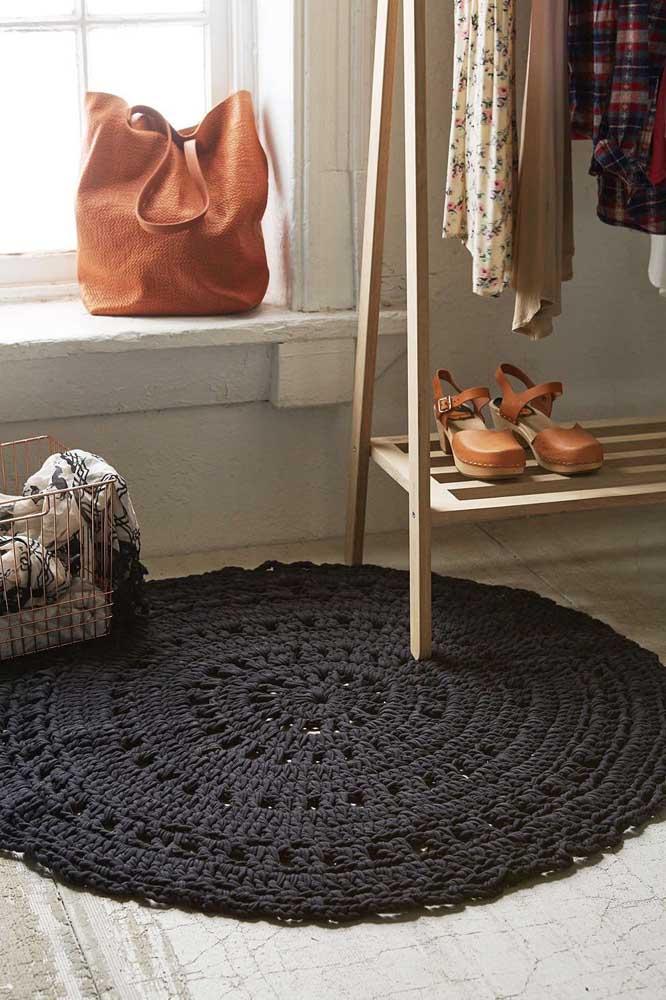 E o cúmulo da elegância é um tapete de crochê redondo preto para o closet