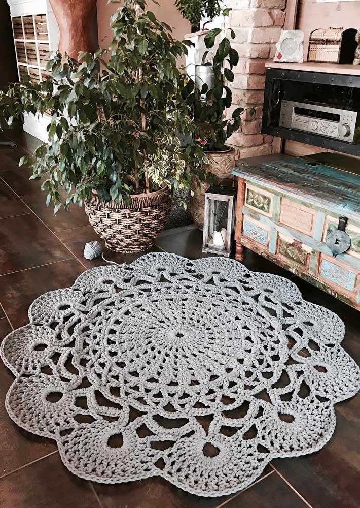 Sabe aquele lugar da casa que você ama de paixão? Então coloque ali um tapete de crochê redondo e se apaixone ainda mais pelo espaço