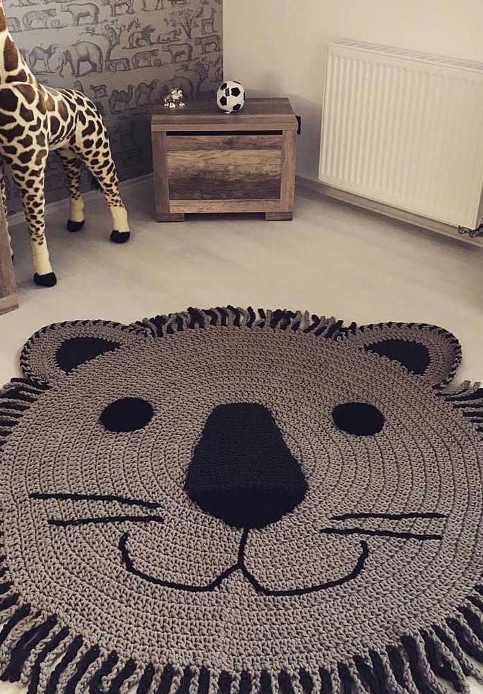 Esse tapete de crochê redondo em formato de leão é para morrer de amores